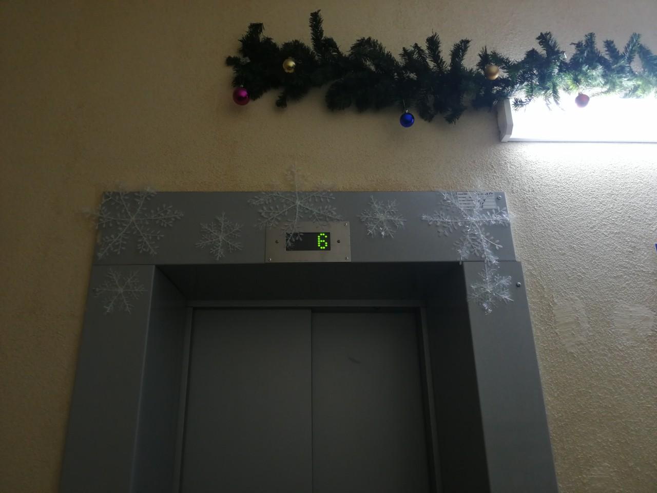 Новогоднее оформление фойе первых этажей МКД Поляничко 2 2а