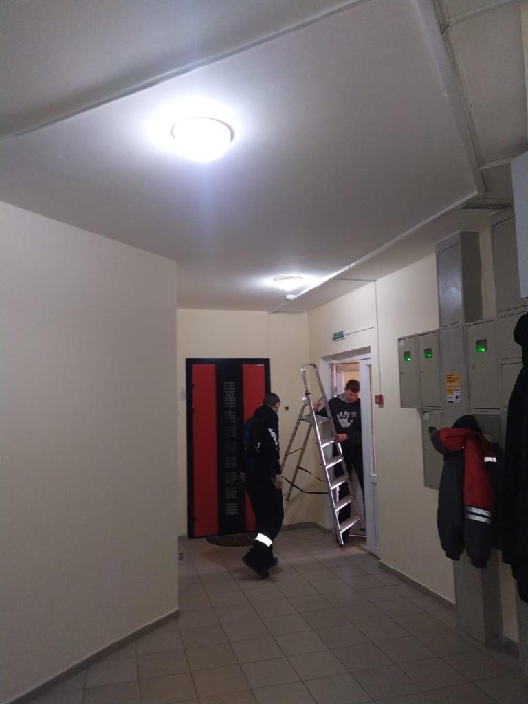 производится замена светильников в 3-ем подъезде