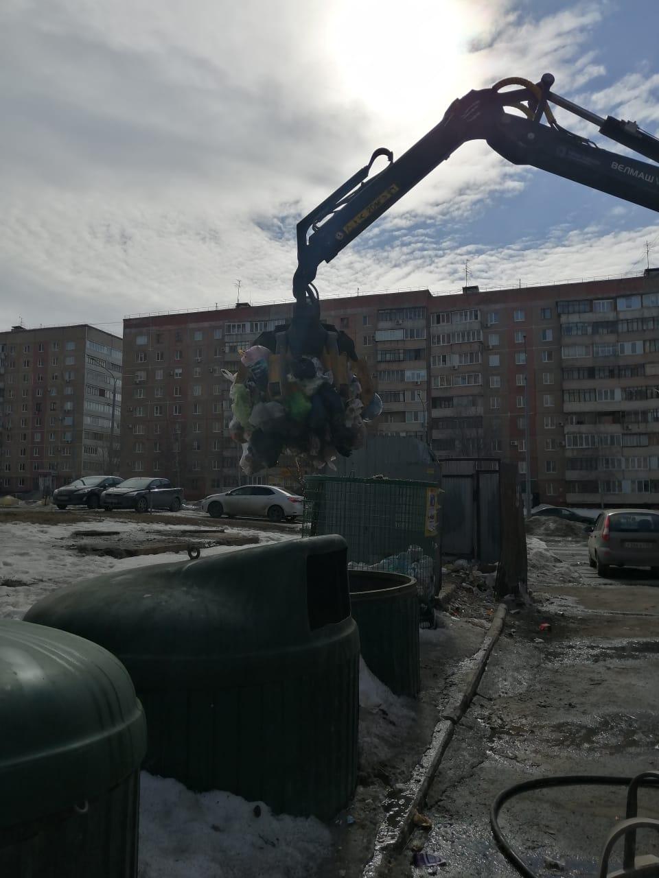 Замена мусорного мешка в контейнере по сбору ТБО. Салмышская 43/1