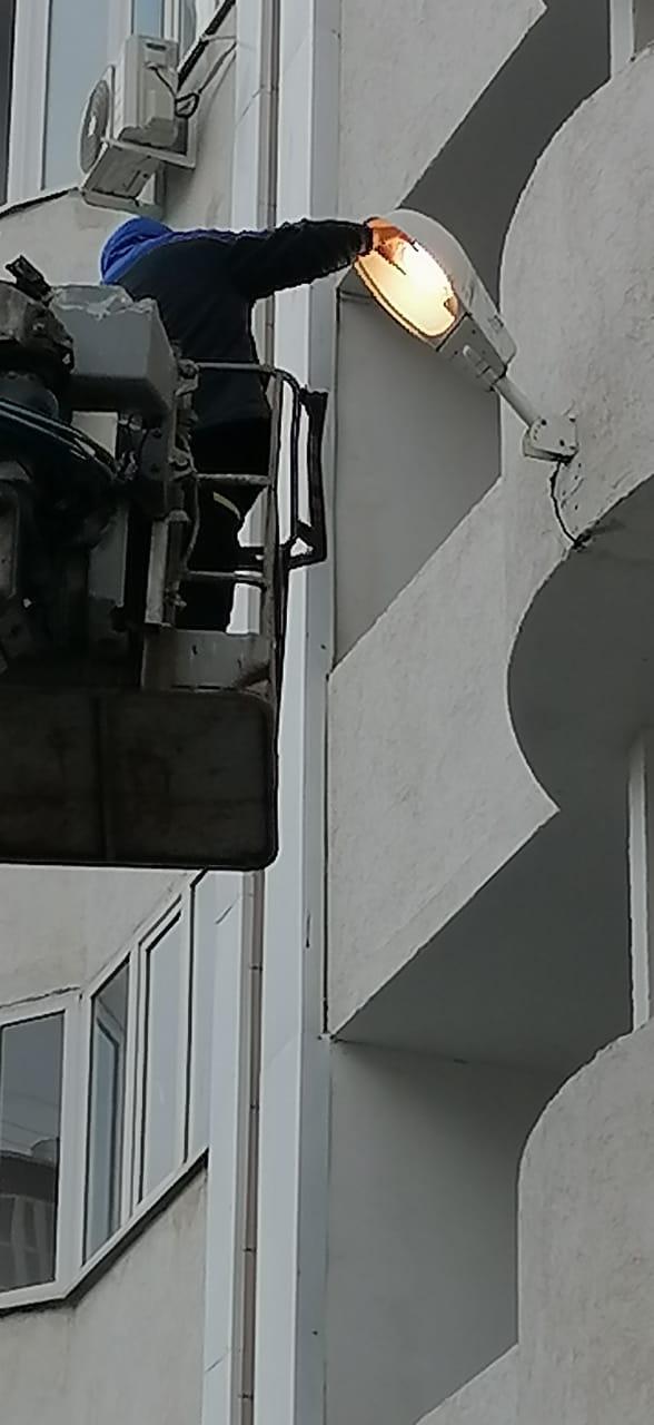 """Замена лампы на """"кобре"""" в плафоне над подъездом №2, ул. Уральская, 2/8"""