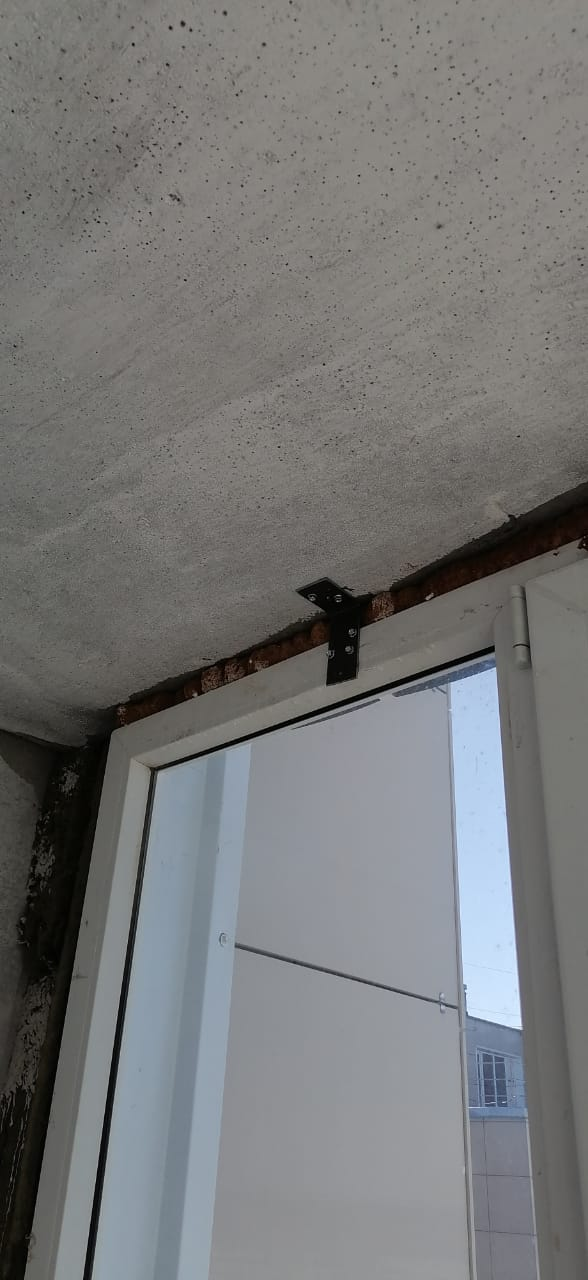 Уральская, 2/8- закрепили окно на тех.этаже